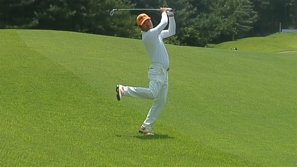 Chamblee comments on Choi's unique step-through swing